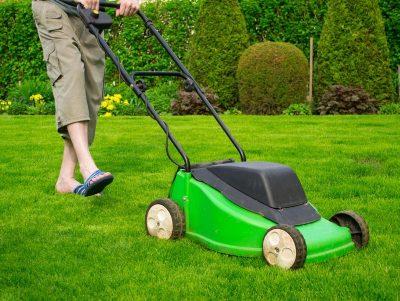 Údržba trávníku vyžaduje hodně času, zdroj: shutterstock.com